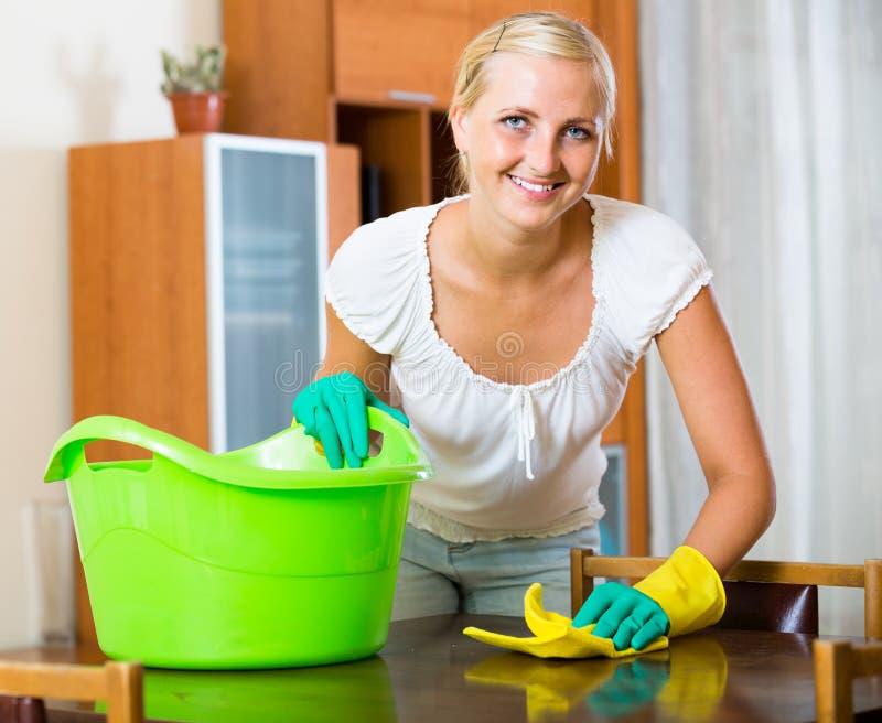 Ama de casa que hace limpieza en casa fotografía de archivo libre de regalías