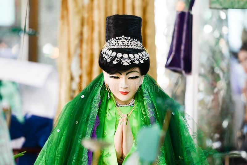 Amadaw Mya Nan Nwe ??ngel av viskning i den Botahtaung pagoden Folk som ber f?r att hennes kapacitet ska bevilja ?nska till folk arkivfoto