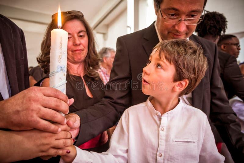 AMADORA/PORTUGAL- 25 de agosto de 2015 - criança que pegara a vela do seu imagens de stock