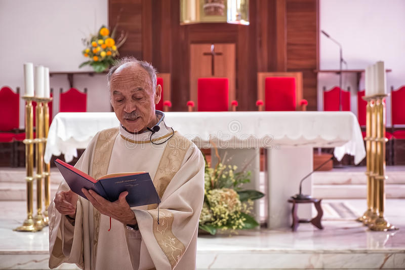 AMADORA/PORTUGAL - 29 de agosto/15 - sacerdote en iglesia foto de archivo libre de regalías
