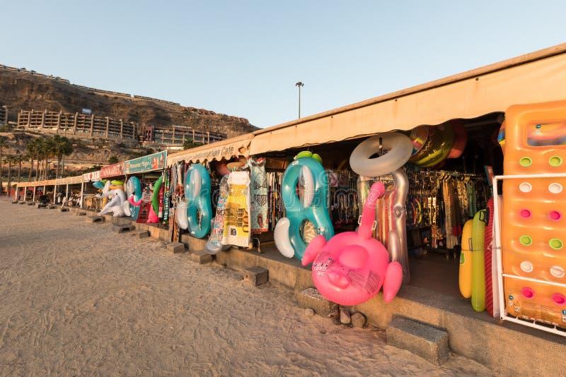Amadores, Gran Canaria en España - 14 de diciembre de 2017: Las tiendas en el Amadores varan la venta de los juguetes inflables d fotografía de archivo libre de regalías