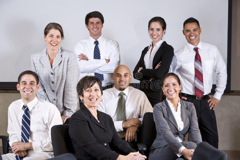 Amadureça grupo principal do escritório da mulher de negócios latino-americano fotos de stock