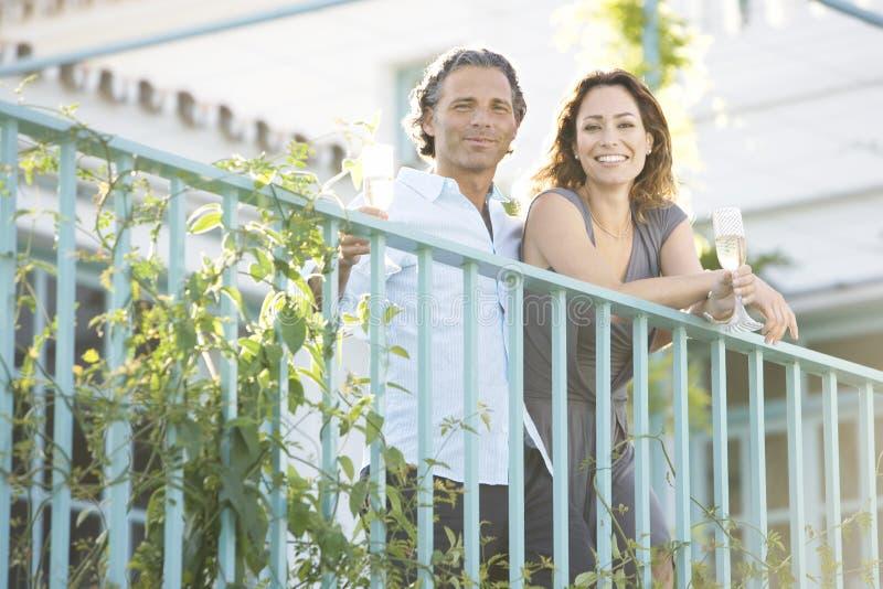 Pares maduros no balcão do vinyard. fotografia de stock royalty free