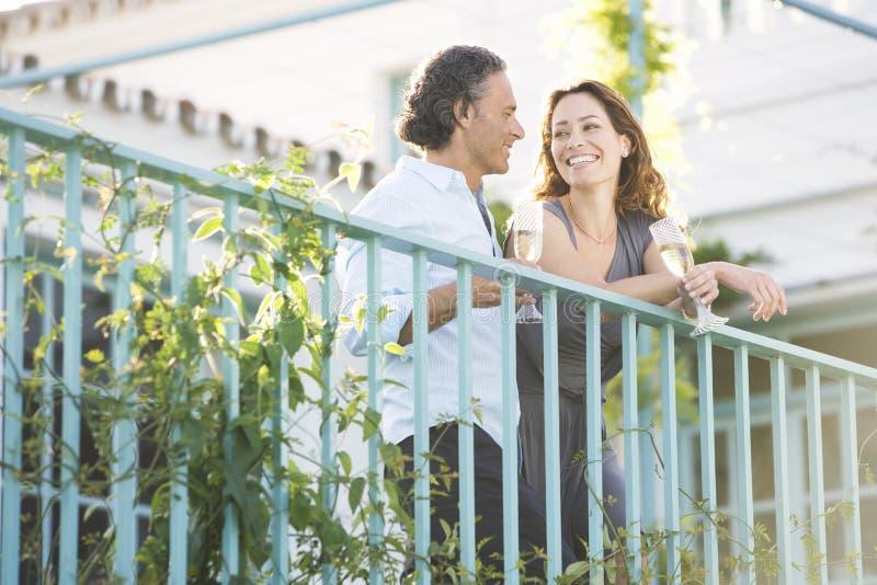 Pares maduros no balcão do vinyard. imagem de stock