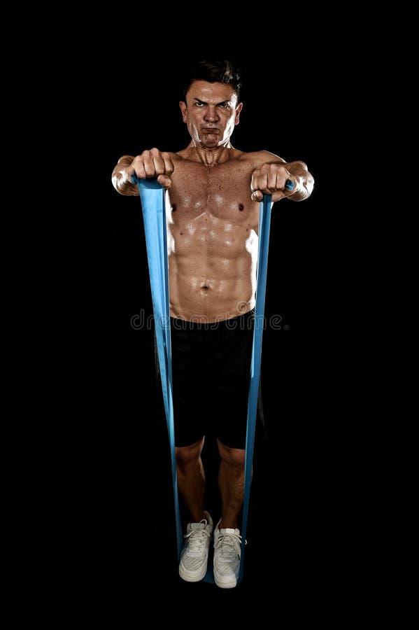 Amadureça o homem do esporte atlético com o halterofilista forte e o treinamento apto do corpo que faz exercícios com elástico el imagens de stock royalty free