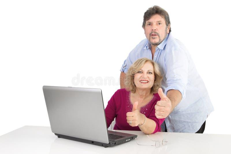 Amadureça os polegares felizes dos pares acima - homem e mulher isolados no branco foto de stock royalty free