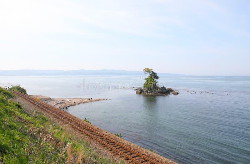 Amaharashistrand met klein eiland en treinspoor Toyama Japan royalty-vrije stock foto's