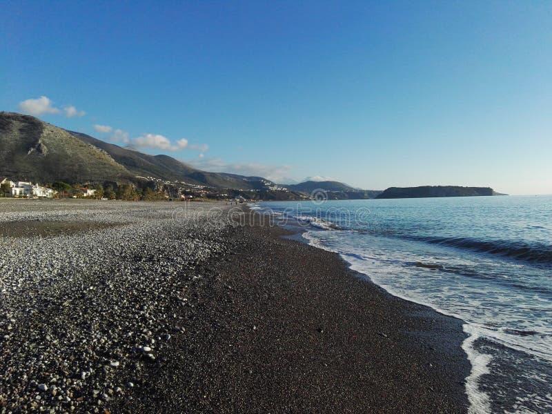 Amaizing-Ansicht über Meer und Berge stockfoto