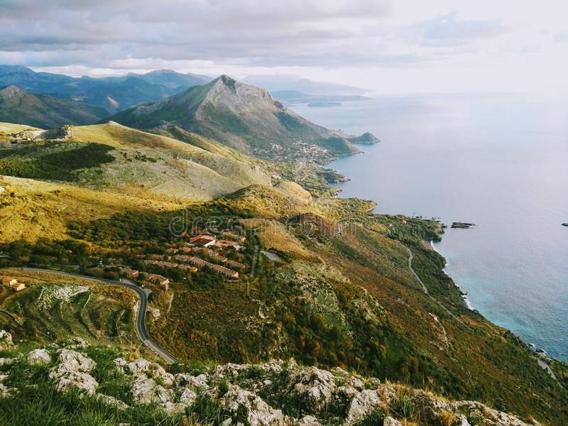Amaizingsmening over overzees en bergen royalty-vrije stock foto's