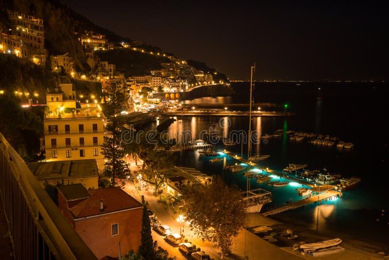 Amalfi bij de nacht stock foto