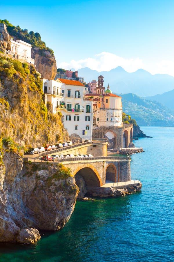 Amalfi cityscape op kustlijn van Middellandse Zee, Italië stock fotografie