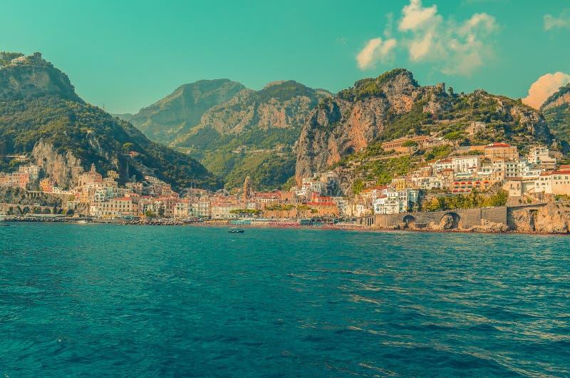 Amalfi ist eine Kleinstadt in den Bergen auf der Küste des tyrrhenischen Meeres in der Kampanien-Region, Italien stockbilder