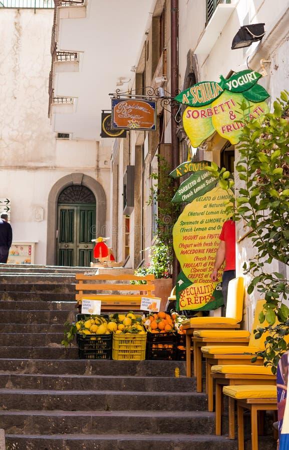 Amalfi, Itália - 9 de abril de 2017: Limões frescos, laranjas em um mercado de rua imagem de stock royalty free