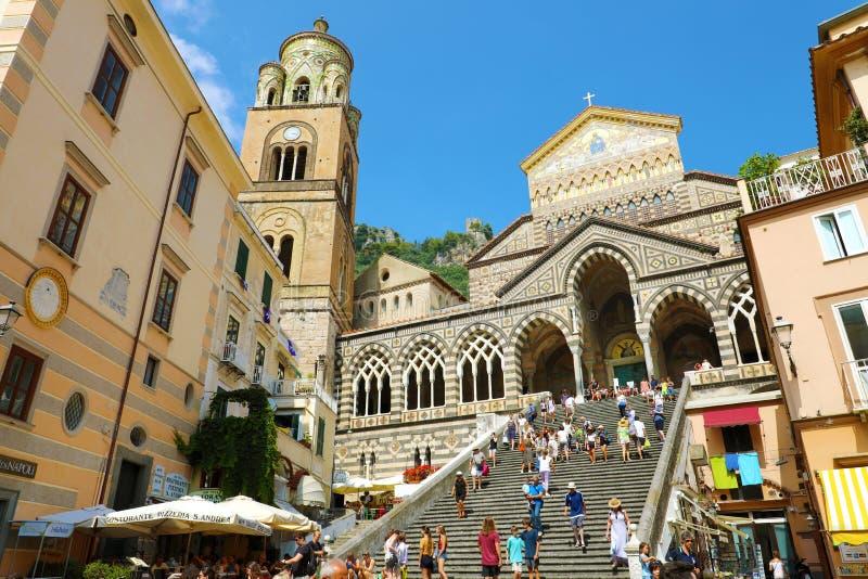 AMALFI, ITALIË - JULI 3, 2018: Amalfi Kathedraal met toeristen in de zomeravond, Amalfi Kust, Italië royalty-vrije stock afbeelding