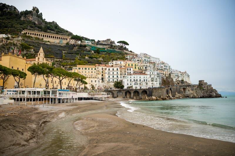 Amalfi, Italië - 03 02 2019: Weergeven van Amalfi cityscape op kustlijn van Middellandse Zee in de wintertijd, Italië stock foto