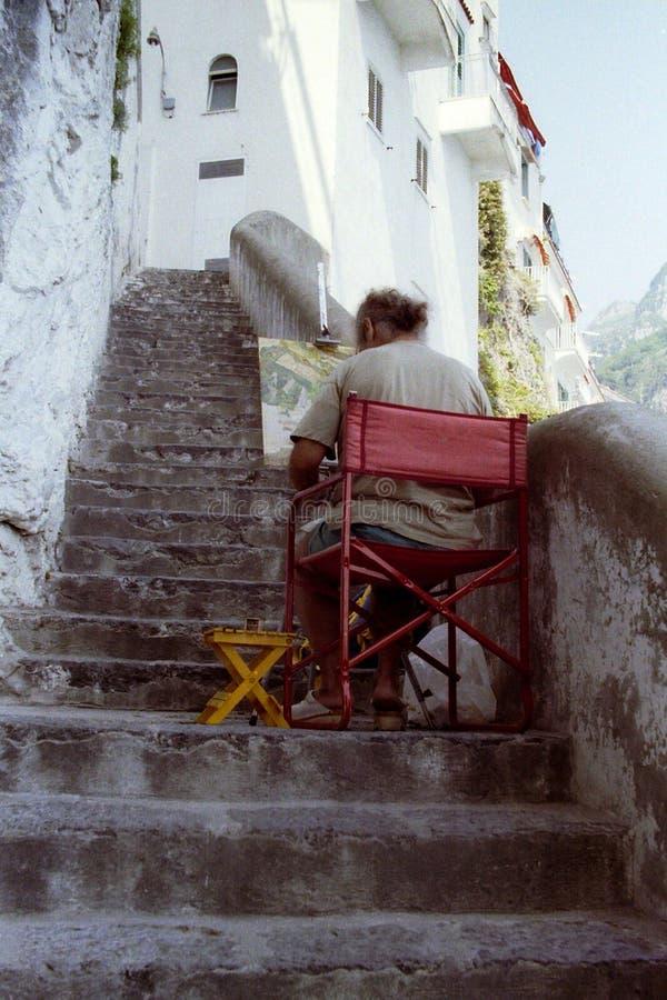 AMALFI, ITALIEN, 1992 - ein Maler, ein steiles Treppenhaus ruhig hinsetzend, beschließt ruhig die Farben, um auf seinem Segeltuch stockbild