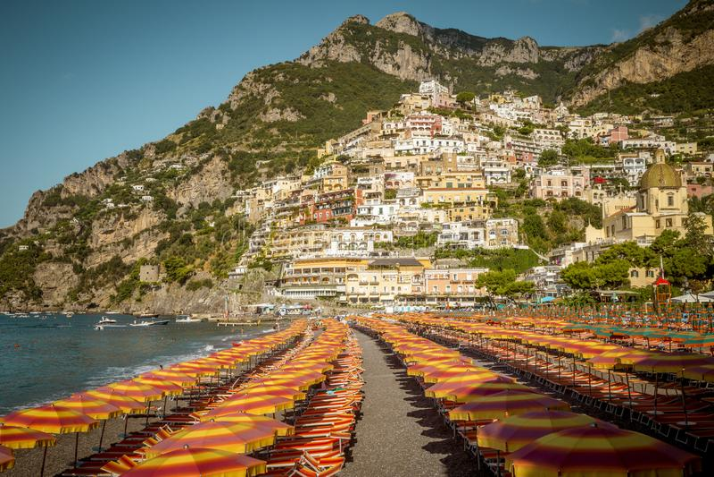 Amalfi Kust - Strand in Positano-stad, Italië royalty-vrije stock afbeelding