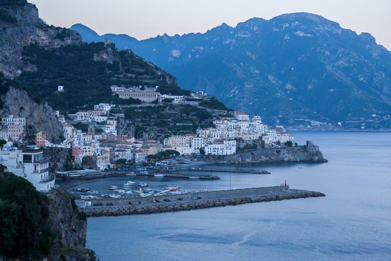 Amalfi by på solnedgången arkivfoton