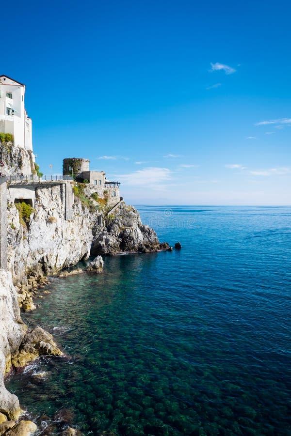 Amalfi pejzaż miejski na wybrzeżu z cristal wodą morze śródziemnomorskie, Włochy fotografia stock