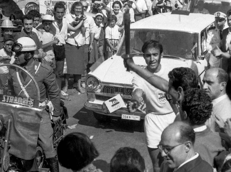 Amalfi, Włochy, 1960 - okaziciele przechodzą pochodnię Rzym Olympics obraz royalty free