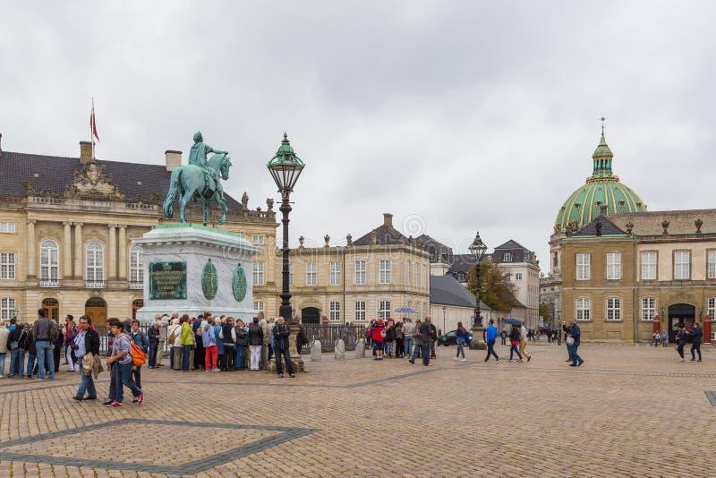 Amalienborg, berijdend standbeeld van Koning Frederick V, Kopenhagen, Denemarken royalty-vrije stock fotografie