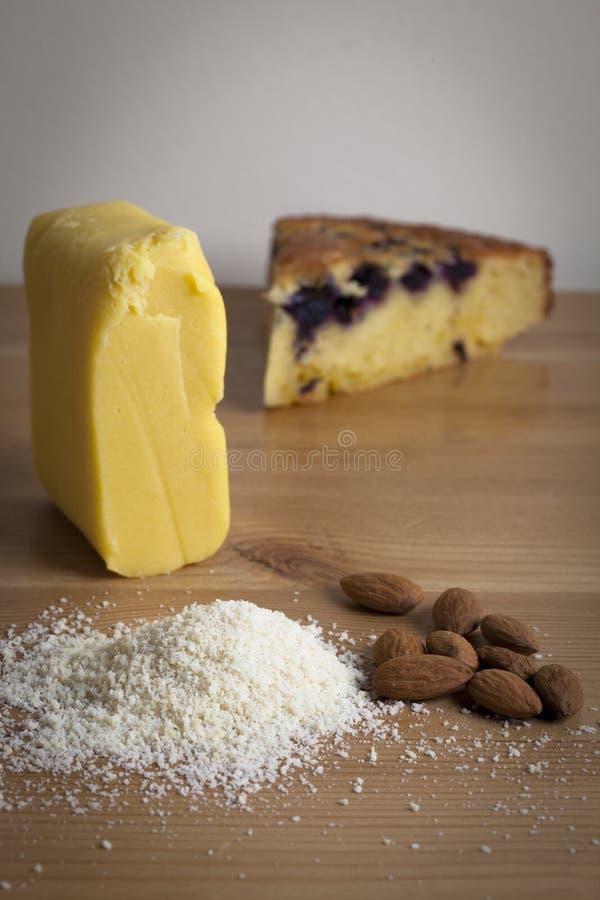 Amande gratuite de gluten et gâteau de myrtille photographie stock