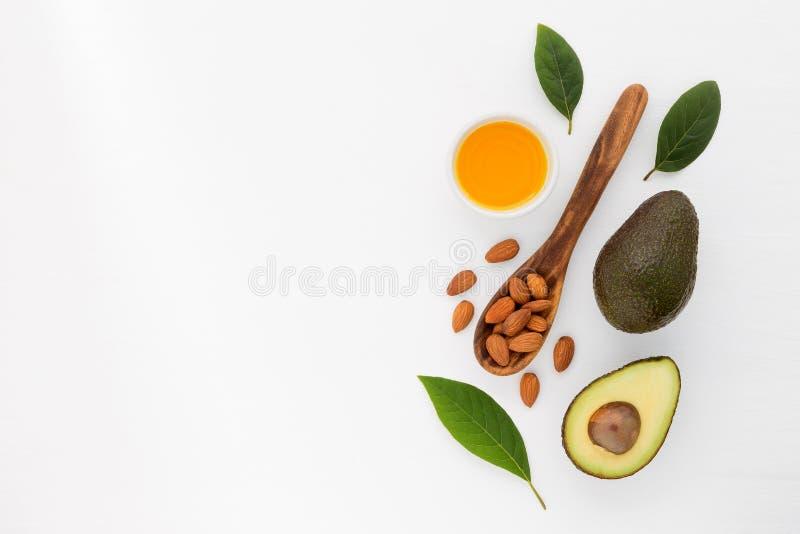 Amandel en avocadoolie in kom Huidzorg en haarverlies ingredie stock foto's