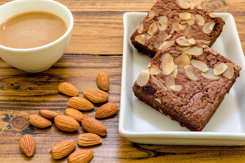 Amandelbrownie voor Koffieachtergrond/Amandelbrownie voor Koffie/Chocoladeamandelbrownie voor Koffieachtergrond royalty-vrije stock foto