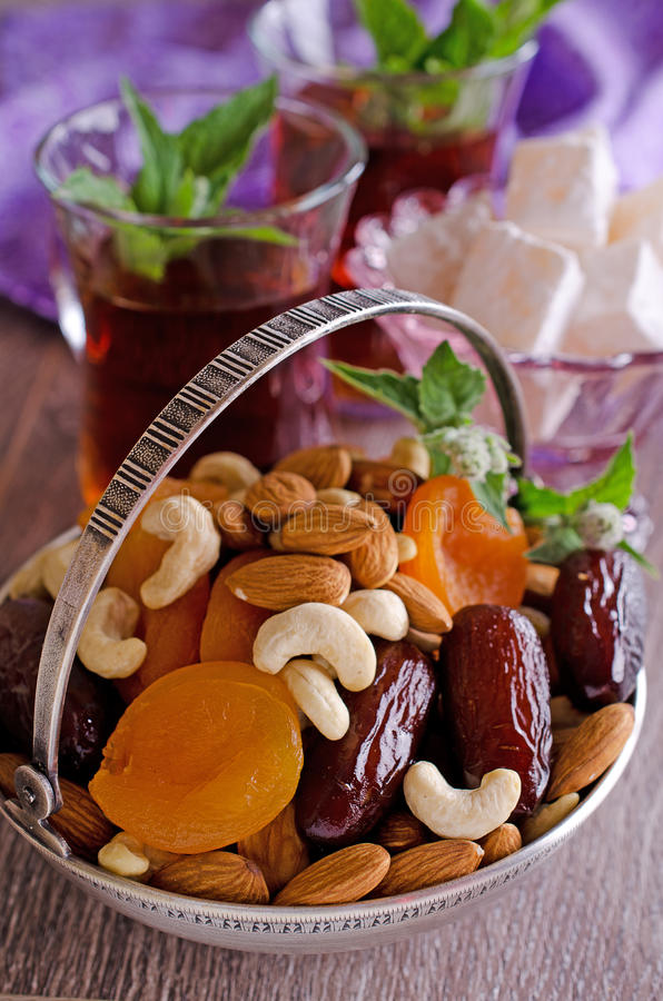 Amandelen, droge abrikozen, cachou, data stock afbeelding