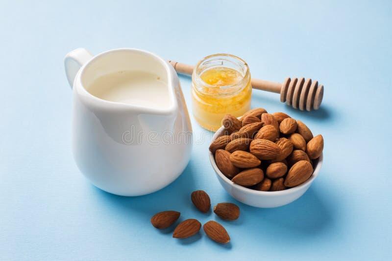 Amandelen in een kom en een melk op de lijst Selectieve nadruk De ruimte van het exemplaar royalty-vrije stock afbeelding