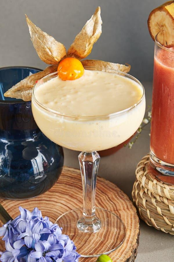 Amandelroom Smoothie in Lang Dessertglas op Houten Plaat royalty-vrije stock fotografie