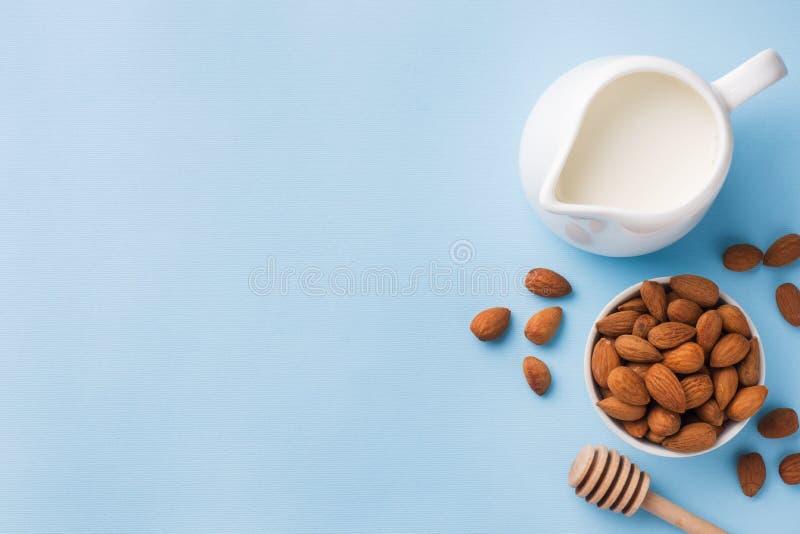 Amandes dans une cuvette et un lait sur la table Foyer sélectif Copiez l'espace image stock
