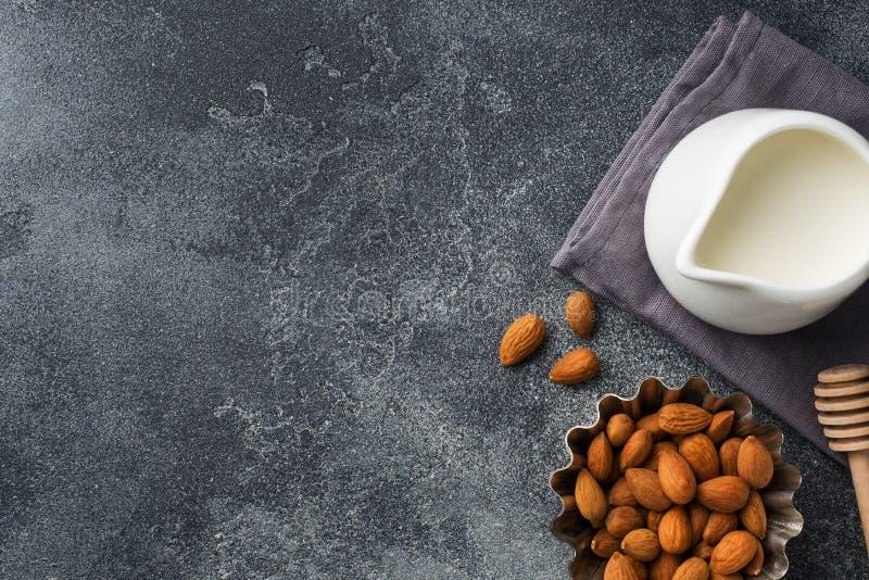 Amandes dans une cuvette et un lait sur la table Foyer sélectif Copiez l'espace images libres de droits