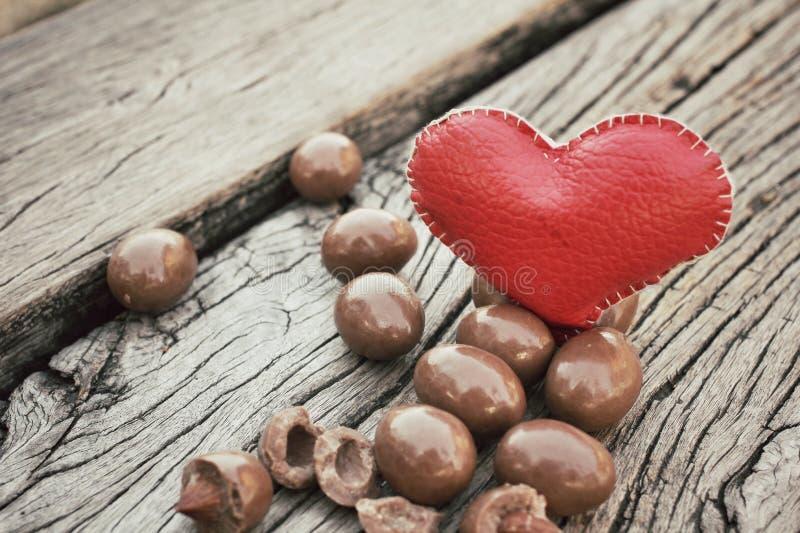 Amandes de chocolat avec le coeur photo libre de droits