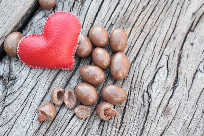 Amandes de chocolat avec le coeur image libre de droits