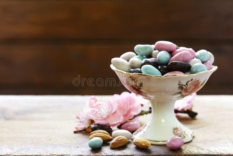 Amandes de sucreries dans le lustre de sucre photographie stock libre de droits