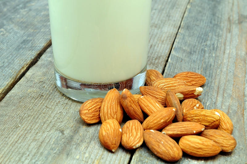 Amandes et lait photos stock
