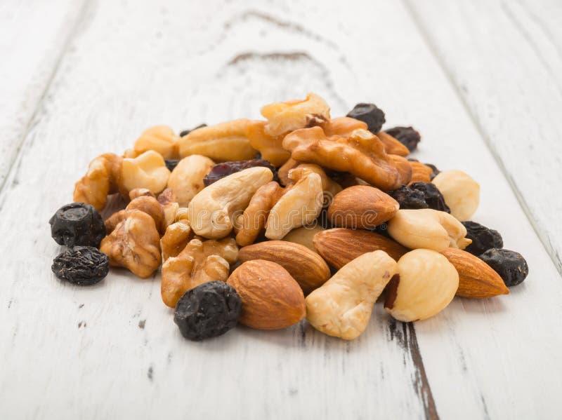 Amandes et noix et noix de cajou et raisin sec et myrtilles sèches sur la table images stock