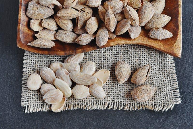 Amandes rôties par solide et amandes rôties épluchées photos stock