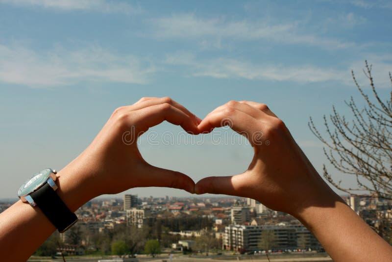 Amando la mia città - mani nella forma di cuore fotografia stock libera da diritti
