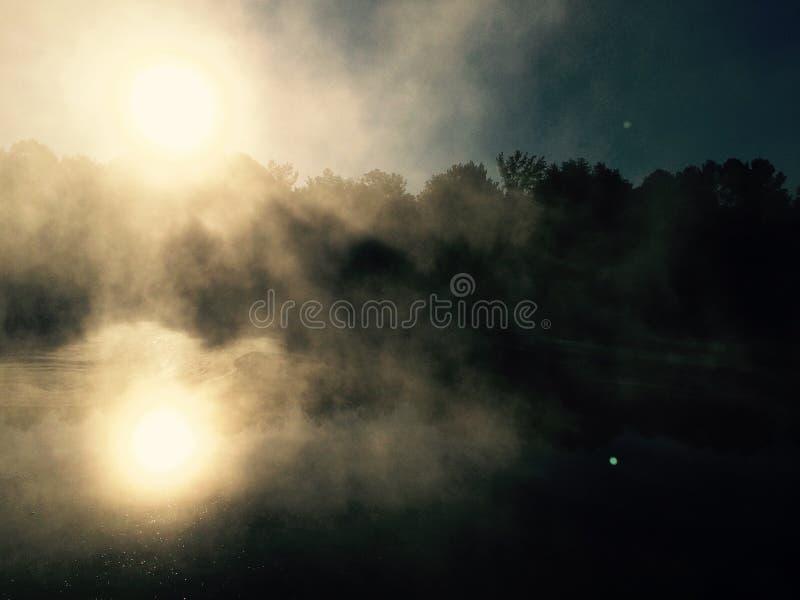 Amanecer brumoso imagenes de archivo
