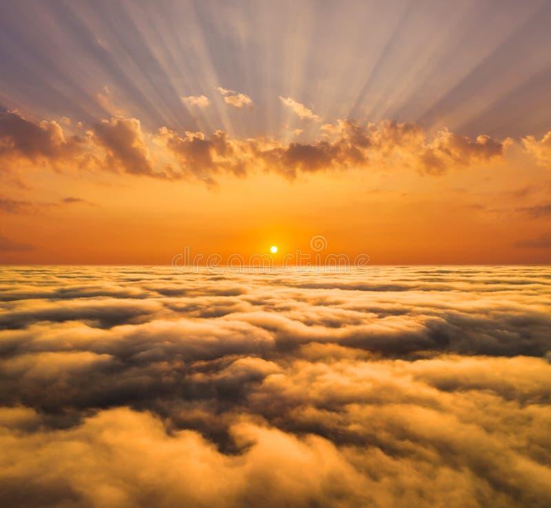 Amanecer brumoso hermoso Vuelo sobre las nubes, v?deo del abej?n imagen de archivo