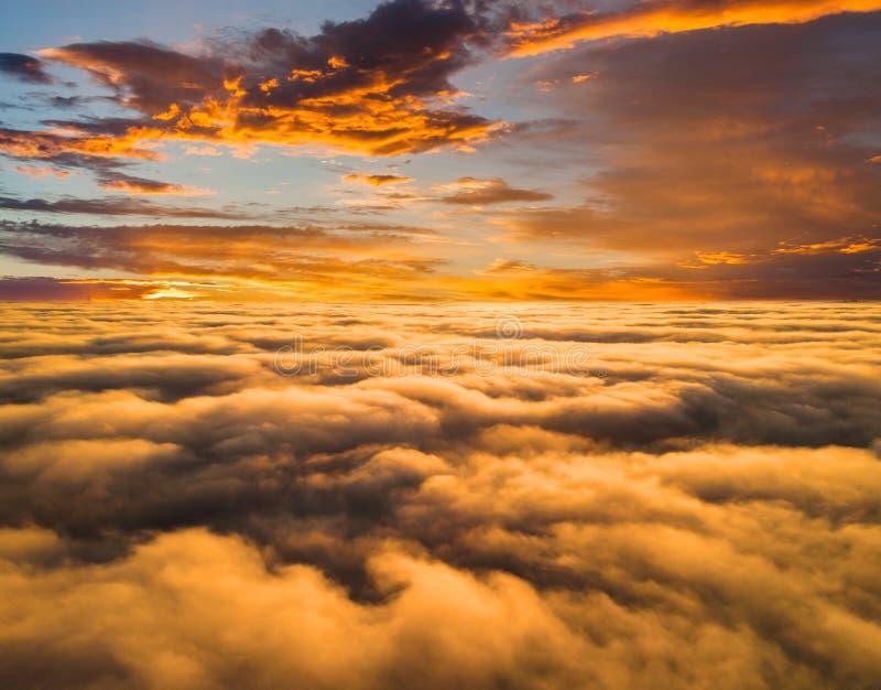 Amanecer brumoso hermoso Vuelo sobre las nubes, v?deo del abej?n fotografía de archivo