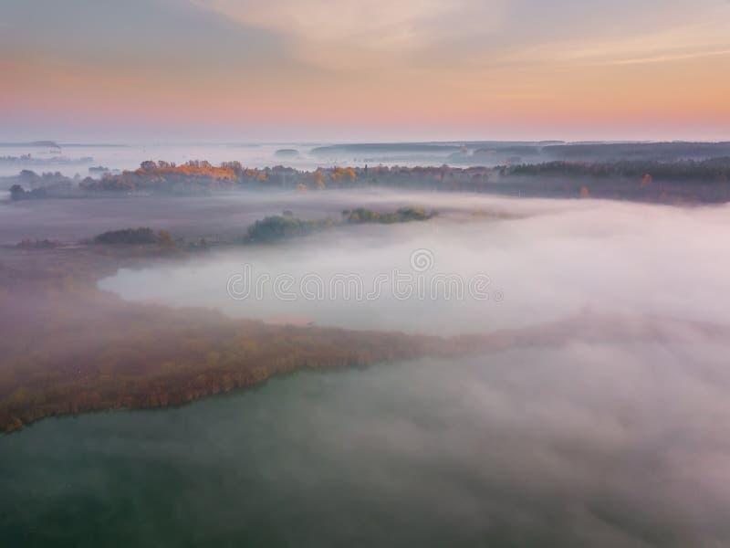 Amanecer brumoso hermoso Vuelo sobre las nubes, visión aérea foto de archivo libre de regalías