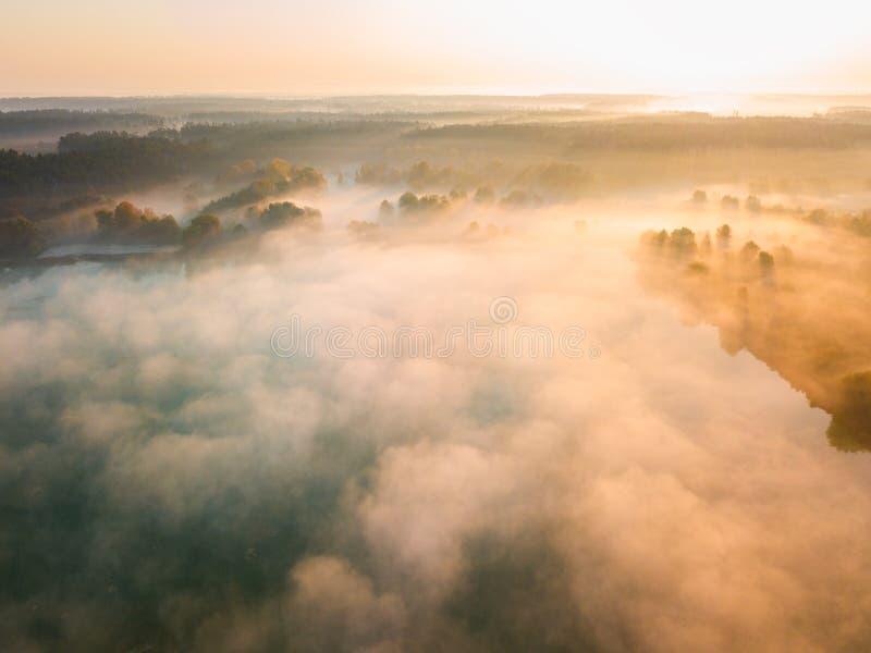 Amanecer brumoso hermoso Vuelo sobre las nubes, visión aérea imagen de archivo