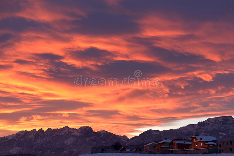 Amanecer colorido brillante sobre las montañas nevosas en día de invierno imagen de archivo
