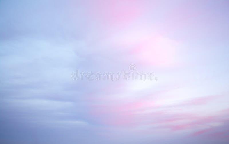 Amanecer colorido/cielo de la oscuridad, con las nubes rosadas y azules, fondo fotografía de archivo