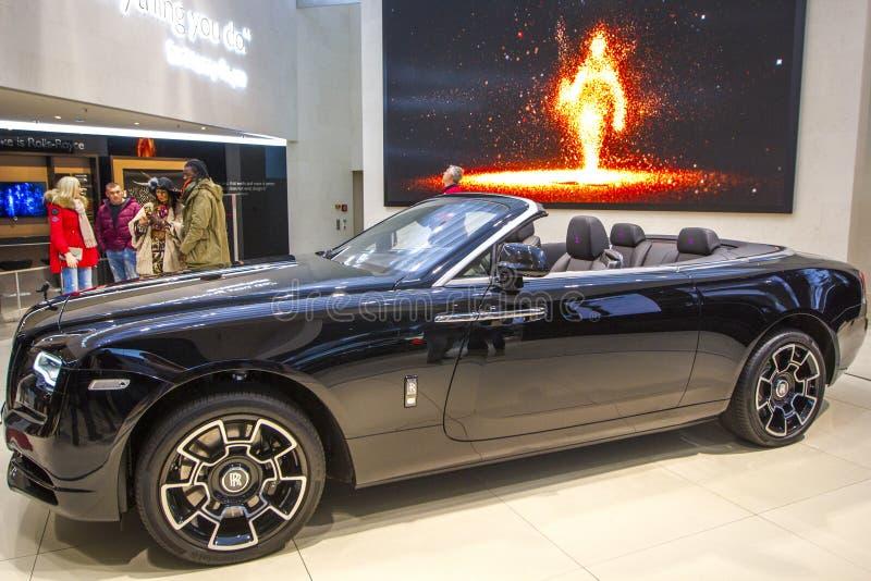 Amanecer convertible de Rolls Royce del coche de lujo negro en el VERDUGÓN de BMW del centro de exposición, Munich, Alemania imagen de archivo libre de regalías