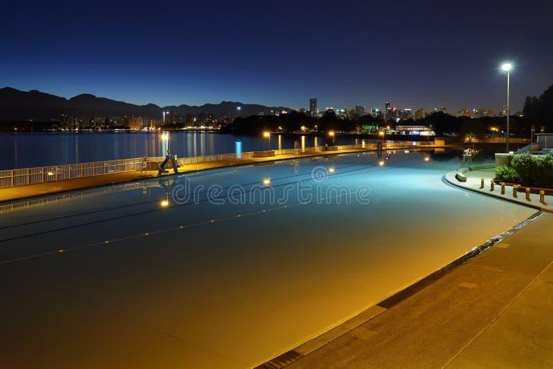 Amanecer crepuscular de la piscina de Kitsilano, Vancouver imagenes de archivo