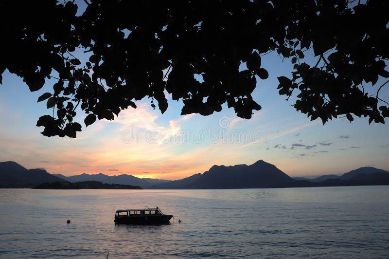 Amanecer del lago boat fotografía de archivo